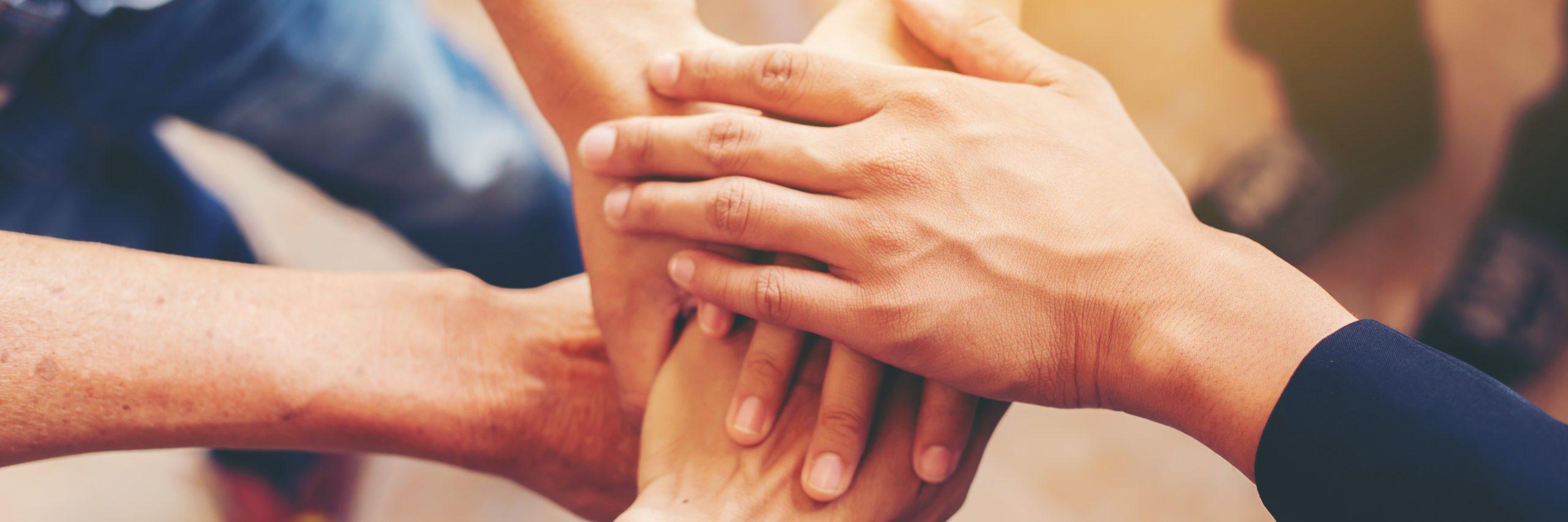 El equipo con las manos unidas
